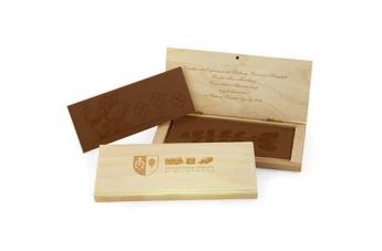 Czekolada w drewnianym opakowaniu z indywidualnym wzorem